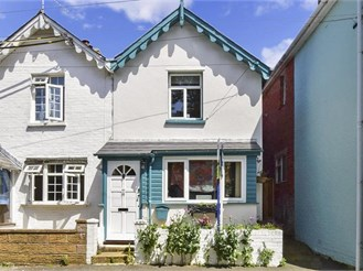 2 bedroom semi-detached house in Freshwater