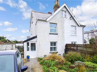 3 bed semi-detached house in Freshwater Bay