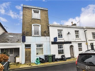 2 bed lower-ground floor apartment in Ryde